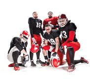 Die fünf Spieler des amerikanischen Fußballs, die mit Ball auf weißem Hintergrund aufwerfen lizenzfreie stockfotos