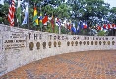Die Fackel der Freundschaft und die internationalen Flaggen bei Bayside parken, Miami, Florida Lizenzfreies Stockbild