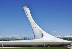 Die Fackel der olympischen Flamme am Olympiapark in Sochi lizenzfreie stockfotografie
