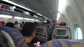 Die Fahrgastkabine mit Leuten des Flugzeuges während des Starts stock video