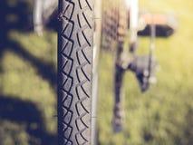 Die Fahrradfelgen auf Gras Stockbild