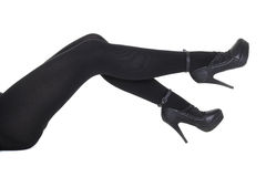 Die Fahrwerkbeine der Frau, die dunklen Pantyhose und hohe Absätze tragen stockbilder
