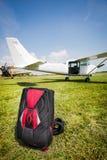 Die Fallschirme im freien Fall springen bereit zur weltweiten Konkurrenz. Lizenzfreie Stockbilder