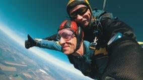 Die Fallschirmspringer springend in Tandem aus einem Flugzeug heraus Langsame Bewegung stock footage