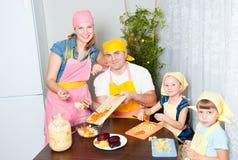 Die Familie bereitet ein Haus vor lizenzfreie stockbilder