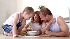 Die Familie in der Küche spielt das Zerstreuen des Mehls für das Kochen, langsames mothion stock video footage