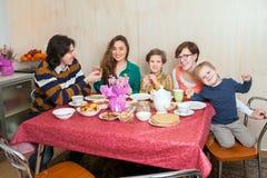 Die Familie an einem festlichen Tisch Stockfotografie
