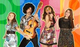 Die Familie gekleidet im Stil der Disco stockfotos