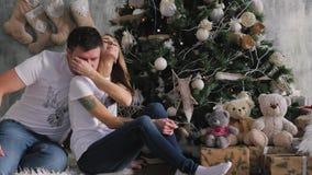 Die Familie trat um den Weihnachtsbaum zusammen Weihnachtsinnenraum stock footage