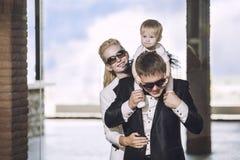 Die Familie, Vati, Mutter und Tochter, die stilvoll und modern gekleidet sind, sind Stockfotografie