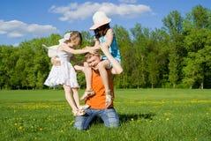 Die Familienspiele auf Natur Lizenzfreies Stockbild