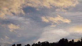 Die Farbe von Wolken bei Sonnenuntergang stock footage