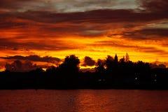 Die Farben des Sonnenunterganghimmels am Ufer von Rissen, Surat Thani, Thailand Lizenzfreie Stockbilder