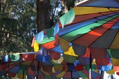 Die Farben des Strandschirms sind Symbole des Sommers Stockfotos