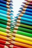 Die farbigen Bleistifte von verschiedenen Farben sind Zickzack lizenzfreie stockfotografie