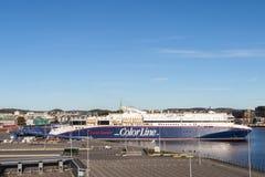 Die Farbliniefähre im Hafen von Kristiansand, von Sonne und von blauem Himmel stockfotos
