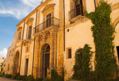 Die Fassade des alten Klosters Lizenzfreies Stockfoto