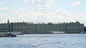 Die Fassade des Einsiedlereigebäudes ist vom Fluss Neva stock footage