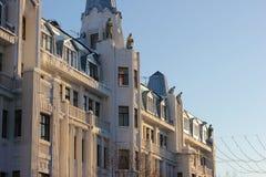 Die Fassade des Gebäudes in Saratow Schutz der Stadt auf der Fassade des Gebäudes Stockfoto