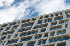 Die Fassade des Hauses gegen den blauen Himmel lizenzfreie stockfotografie