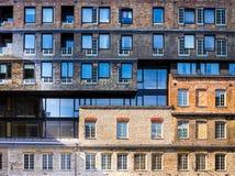 Die Fassade des schönen Hauses Windows mit Reflexion Lizenzfreie Stockbilder