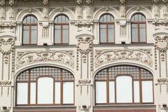 Die Fassade eines Altbaus mit Blumenlaubsägearbeit Lizenzfreie Stockfotografie