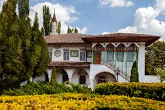 Die Fassade eines alten Landhauses mit Gartenansichten Stockbilder