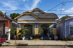 Die Fassade eines traditionellen bunten Hauses in der Marigny-Nachbarschaft in der Stadt von New Orleans, Louisiana Lizenzfreies Stockfoto