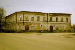 Die Fassade eines zweistöckigen Esszimmers des Ziegelsteines ruiniert Lizenzfreies Stockfoto