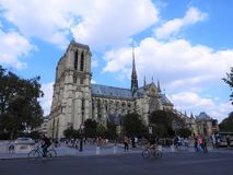 Die Fassade von Notre Dame gegen den blauen Himmel stockfotografie