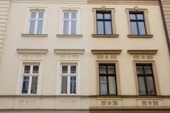Die Fassaden von zwei Häusern, die nebeneinander stehen Stockbilder