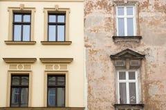 Die Fassaden von zwei Häusern neu und alt Stockbilder