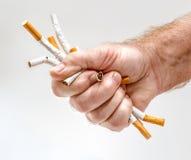 Die Faust des starken Mannes mit Zigaretten Lizenzfreie Stockfotografie