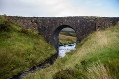 Die feenhafte Brücke nahe Dunvegan, Skye lizenzfreies stockfoto