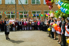 Die Feier der letzten Glocke in einer ländlichen Schule in Kaluga-Region in Russland Stockfotografie