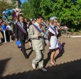 Die Feier der letzten Glocke in einer ländlichen Schule in Kaluga-Region in Russland Lizenzfreies Stockbild