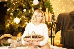 Die Feier des neuen Jahres Die Feier eines schönen verzierten Raumes mit Weihnachtsbaum mit Geschenken unter ihm Weihnachten und  Stockfoto