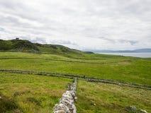 Die Felder trennten sich mit Steinwänden, nahe Maghery, Donegal Stockbild