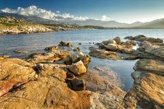 Die Felsen an Arinella-Strand in Korsika Stockfotos