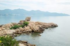 Die Felsen auf der Küste Stockfotografie