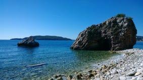 Die Felsen im Wasser auf der Straße von Budva in Richtung der Insel von Sveti Stefan Lizenzfreie Stockfotografie