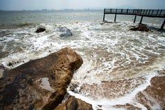 Die Felsen neben dem Meer Stockfotografie