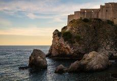 Die Felsen und die Festung der alten Stadt von Dubrovnik kroatien stockfotografie