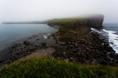 Die felsige Küste des Kaps Tobiza auf der Insel des Russen stockfotos