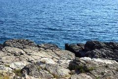 Die felsige Küstenlinie Stockfotografie