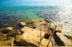 Die felsige Steigung nach die Ufergegend zum Wasser des Mediterran Lizenzfreies Stockbild