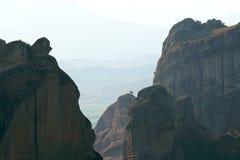 Die felsigen Bildungen bei Sonnenuntergang in Meteora andeutende Effekte des Blitzes schaffen stockbild