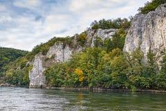 Die felsigen Ufer der Donaus, Deutschland Stockbilder