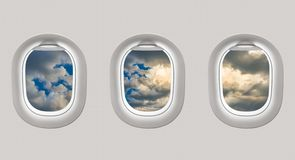 Die Fenster einer Fläche zu einem blauen Himmel heraus schauen Lizenzfreies Stockbild