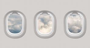 Die Fenster einer Fläche zu heraus schauen Wolken Stockfoto